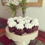 Mini brownies con dulce de leche y merengue